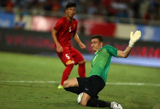 Goalkeeper Dang Van Lam will be the key player of Vietnam in AFF Cup. Photo by VnExpress/Xuan Binh