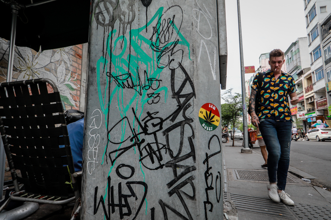 Saigon streets suffer graffiti damage - 9