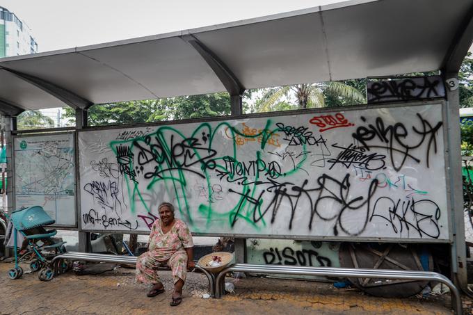 Saigon streets suffer graffiti damage - 11