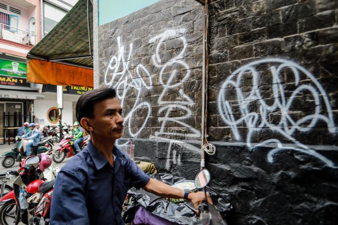 Saigon streets suffer graffiti damage - 1