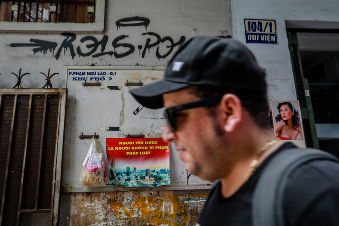Saigon streets suffer graffiti damage - 3