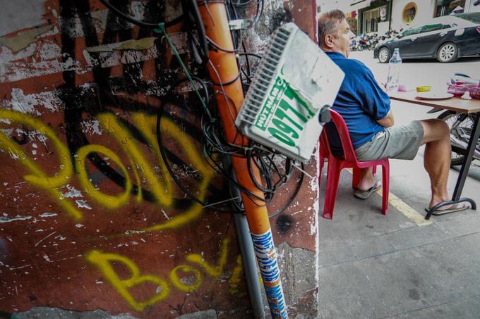 Saigon streets suffer graffiti damage - 4