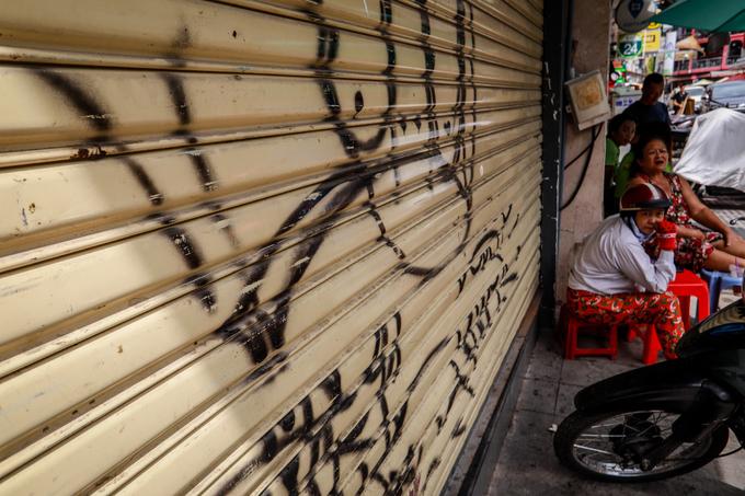 Saigon streets suffer graffiti damage - 7