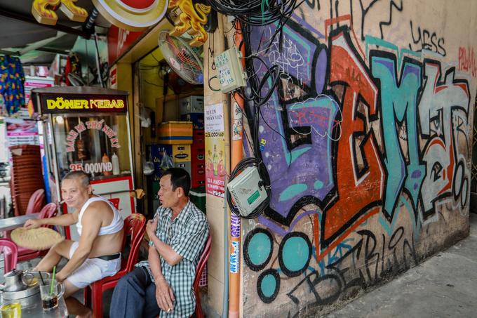 Saigon streets suffer graffiti damage - 8