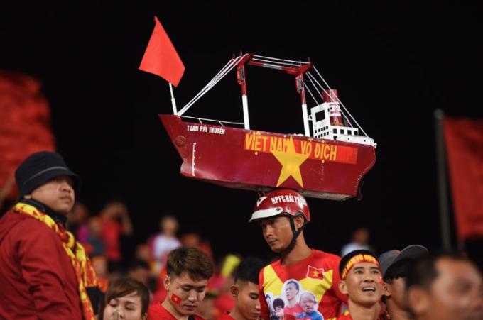 Hanoi heats up for Vietnam vs Malaysia football match - 6