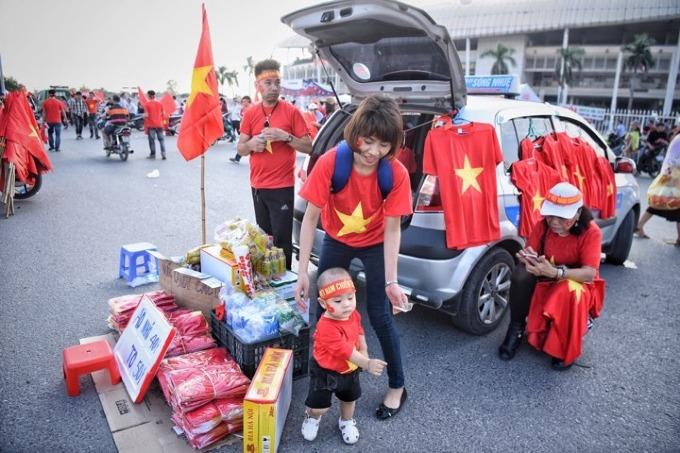 Hanoi heats up for Vietnam vs Malaysia football match - 1