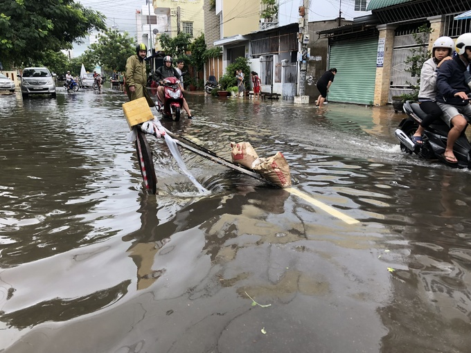 Storm drains are unplugged to help alleviate Nha Trangs flooding. Photo by VnExpress/Xuan Ngoc