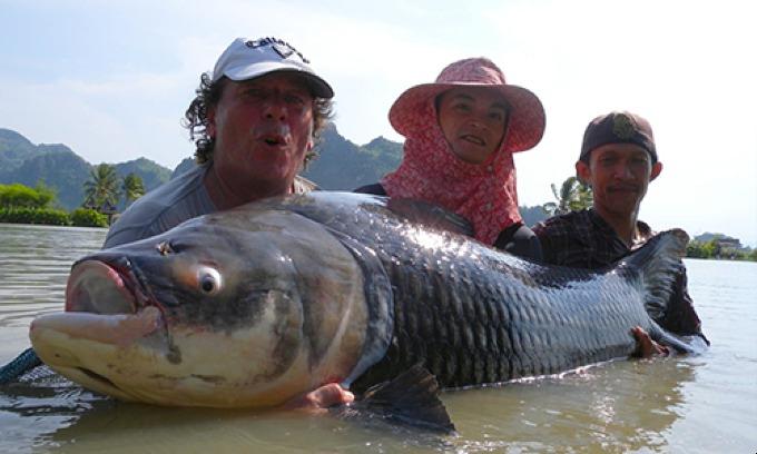 Christophe (L) caught a 86-kilogram fish. Photo courtesy of Celine Audebeau