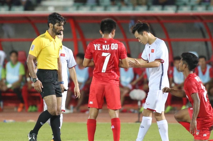 Aggrieved fans, coach slam refereeing mistakes in Vietnam-Myanmar match - 2