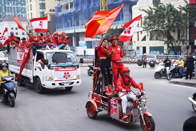 Football fans parade as Vietnam meet Cambodia on home ground - 1