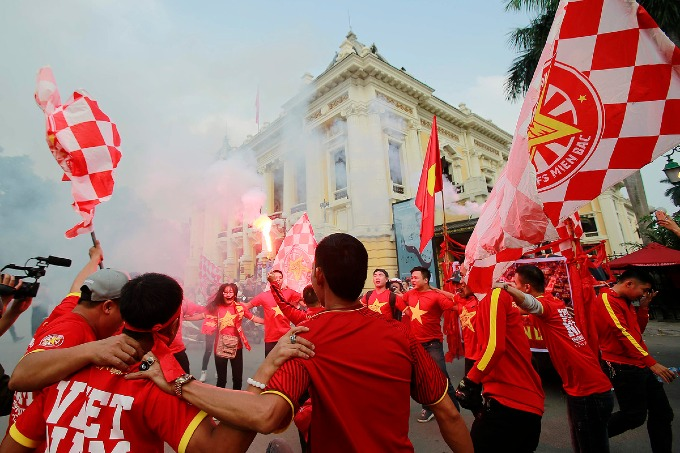 Football fans parade as Vietnam meet Cambodia on home ground - 3