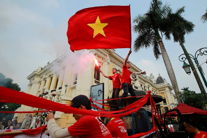Football fans parade as Vietnam meet Cambodia on home ground - 4