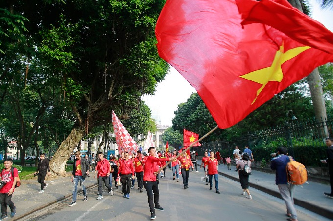 Football fans parade as Vietnam meet Cambodia on home ground - 6