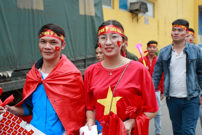 Football fans parade as Vietnam meet Cambodia on home ground - 5
