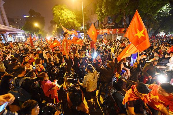 Fans in thrall as Vietnam qualifies for AFF Cup semifinals - 7