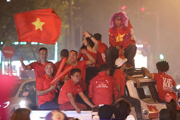 Fans in thrall as Vietnam qualifies for AFF Cup semifinals - 8