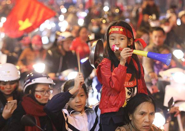 Fans in thrall as Vietnam qualifies for AFF Cup semifinals - 2