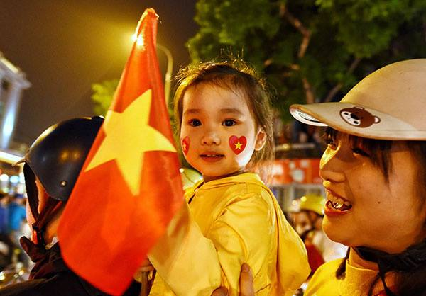 Fans in thrall as Vietnam qualifies for AFF Cup semifinals - 3