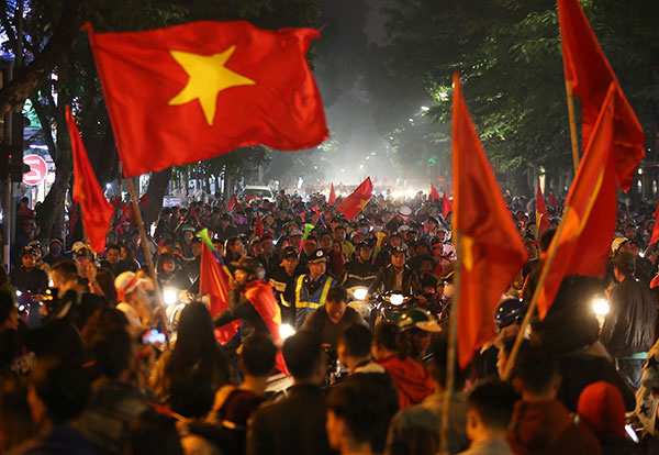 Fans in thrall as Vietnam qualifies for AFF Cup semifinals - 1