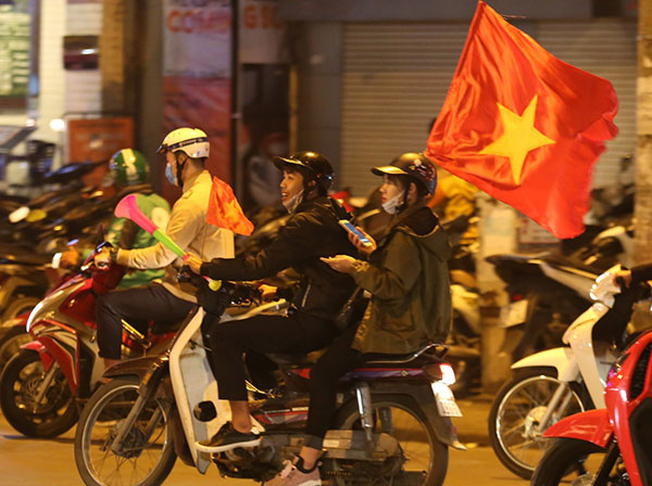 Fans in thrall as Vietnam qualifies for AFF Cup semifinals - 4
