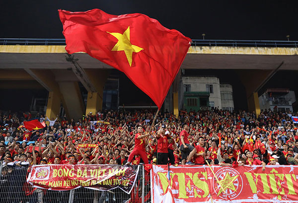 Fans in thrall as Vietnam qualifies for AFF Cup semifinals - 5
