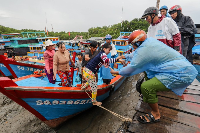 Authorities in Can Gio District evacuate local residents to safer areas on Saturday morning to avoid Storm Usagi. Photo by VnExpress/Thanh Nguyen