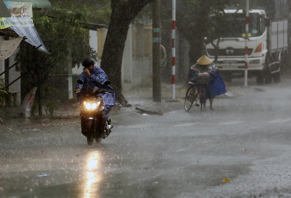 Heavy rains, strong winds lash Vung Tau as storm Usagi approaches