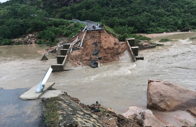 Storm Usagi slit bridge in half, 300 households trapped on Vietnams South Central island (SEN - unedited) - 3