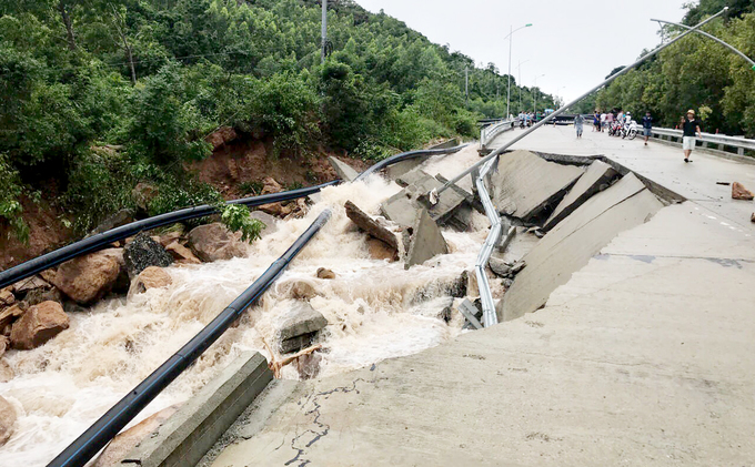 Storm Usagi slit bridge in half, 300 households trapped on Vietnams South Central island (SEN - unedited) - 5