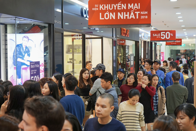 A shopping mall in Hanoi attracts a large number of customers. Photo by VnExpres/Anh Tu, Huu Khoa