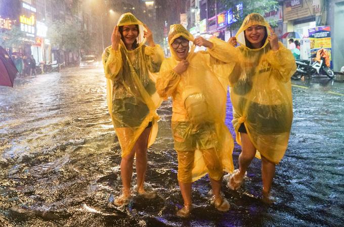 Tourists enjoy heavy downpours, flooding in Saigon - 5