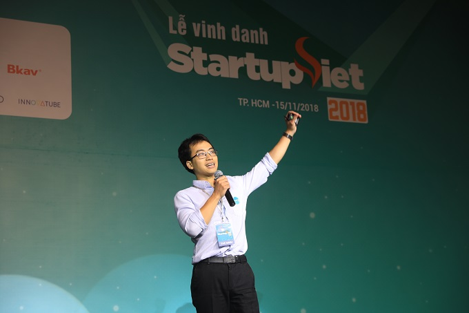 Bui Hai Nam presents the Datamart project at the Go Global workshop held at the 2018 Startup Vietnam event.
