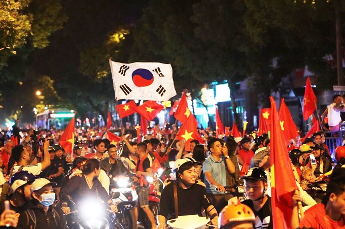 Hanoi in jubilation after Vietnams win over Philippines at AFF Cup semi-finals - 1