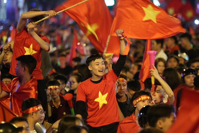 Hanoi in jubilation after Vietnams win over Philippines at AFF Cup semi-finals - 3