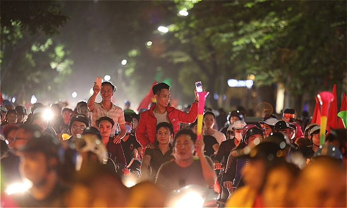 Hanoi red again as people celebrate Vietnams victory - 1