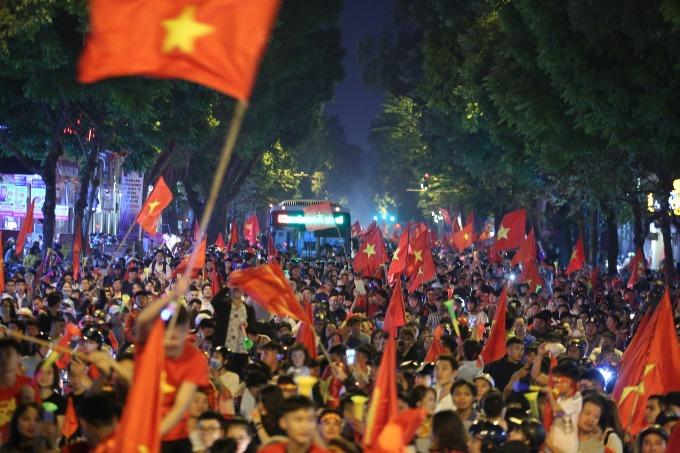 Hanoi red again as people celebrate Vietnams victory - 5