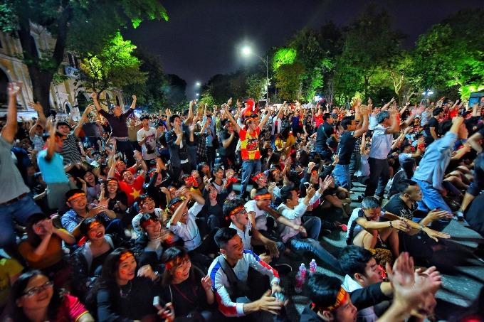 Hanoi red again as people celebrate Vietnams victory