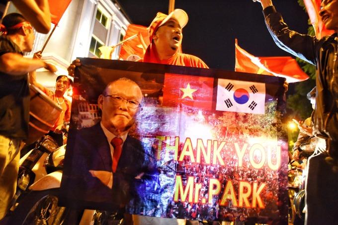 Hanoi red again as people celebrate Vietnams victory - 3