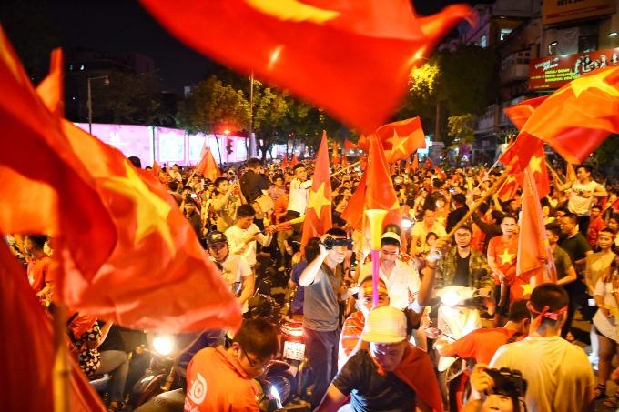 Hanoi red again as people celebrate Vietnams victory - 2