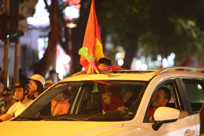 Hanoi red again as people celebrate Vietnams victory - 4