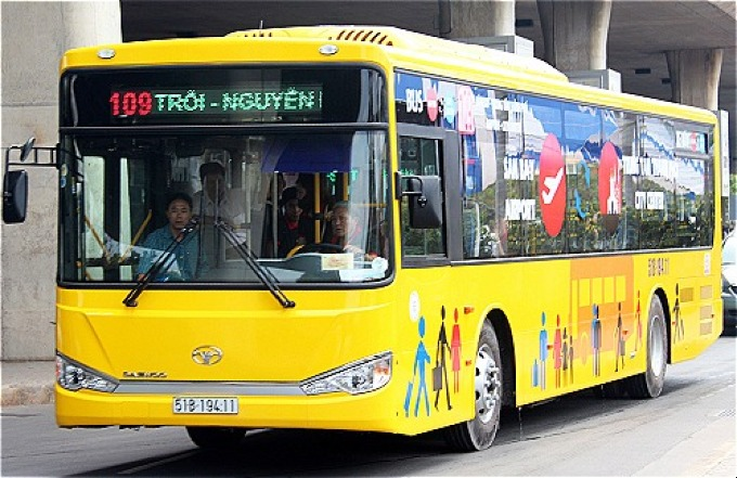 Ho Chi Minh City has five bus routes through Tan Son Nhat airport. Photo by VnExpress/Huu Nguyen.
