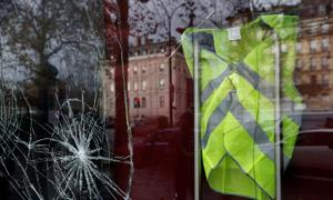 Stunned Parisians clean up posh central district after worst riots since 1968
