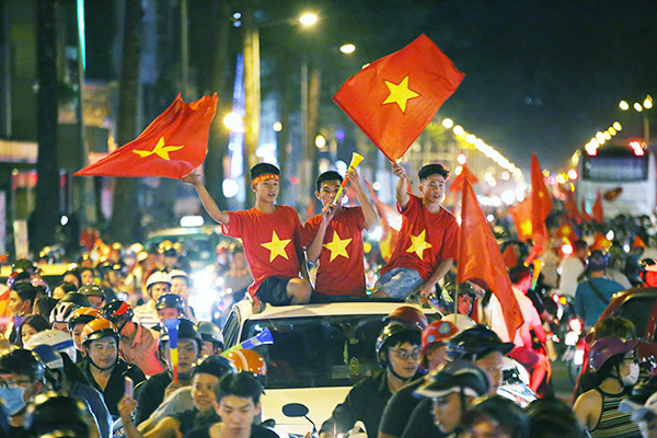Saigon police crack down on football fans for traffic violations