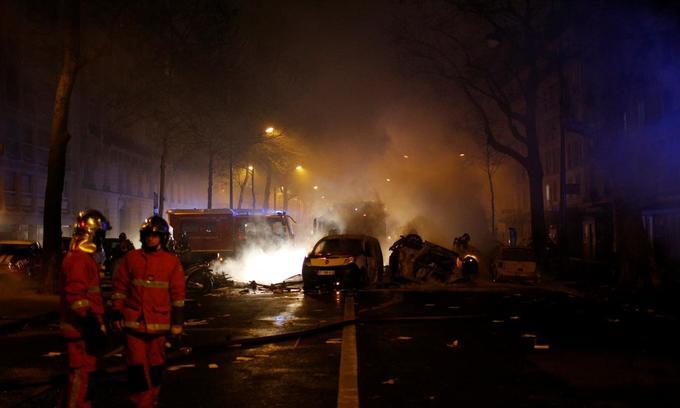 Roving gangs of 'yellow vest' militants set heart of Paris ablaze