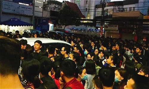 At 4 am, Saigon students queue up to register for English exam