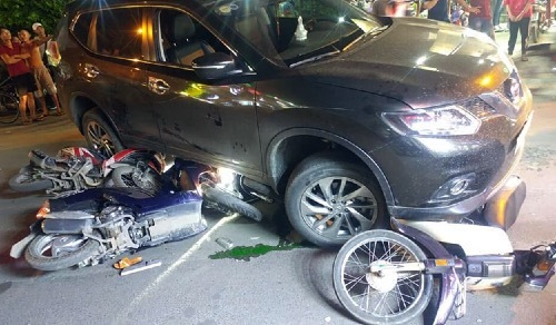 Four injured in Saigon as car mows down motorbikes