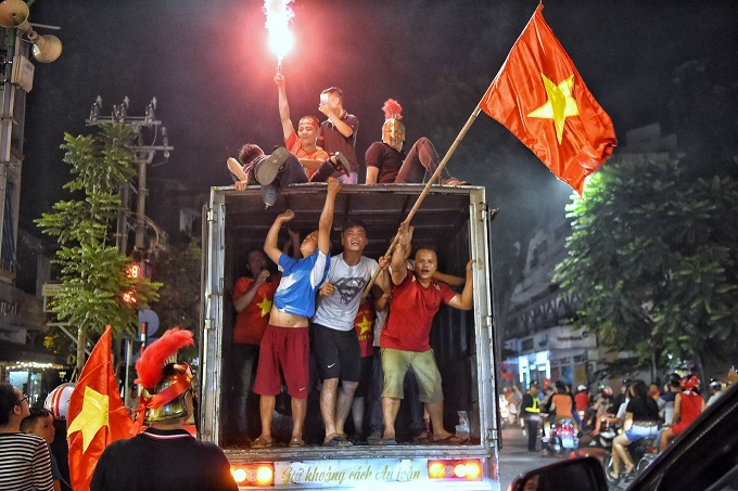 AFF Cup: Nation smothered in red as Vietnam enters final - 11