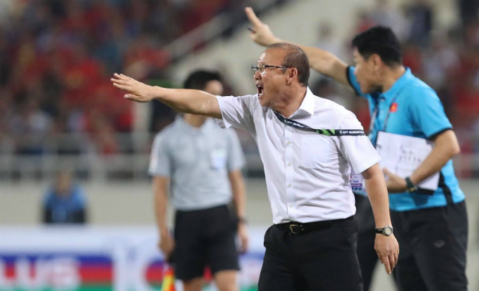 Head coach Park Hang-seo gives out instructions in Vietnam - Philippines match. Photo by VnExpress/Duc Dong