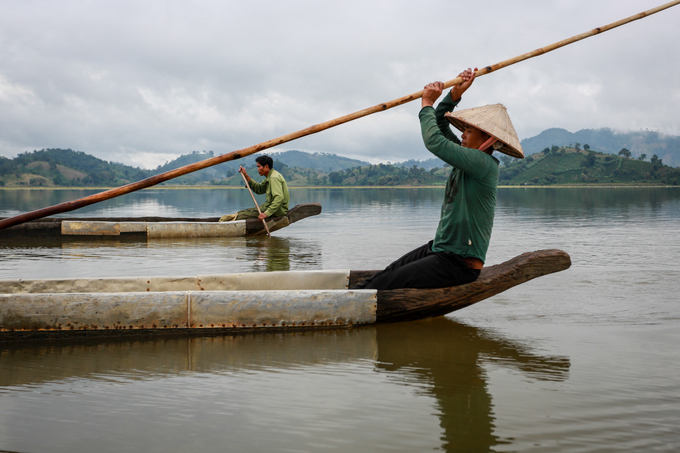 A woman sailed a long boat on Lak lake. Photo by VnExpress/Thanh Nguyen