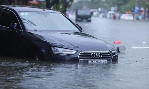 Heavy rains batter Vietnam's central coast, flood city streets